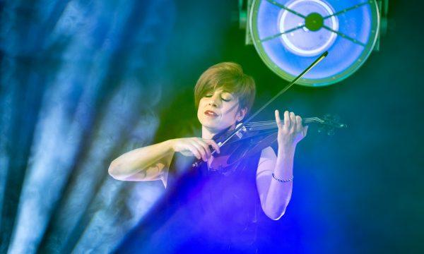 Laure Schappler jouant du violon sur scène